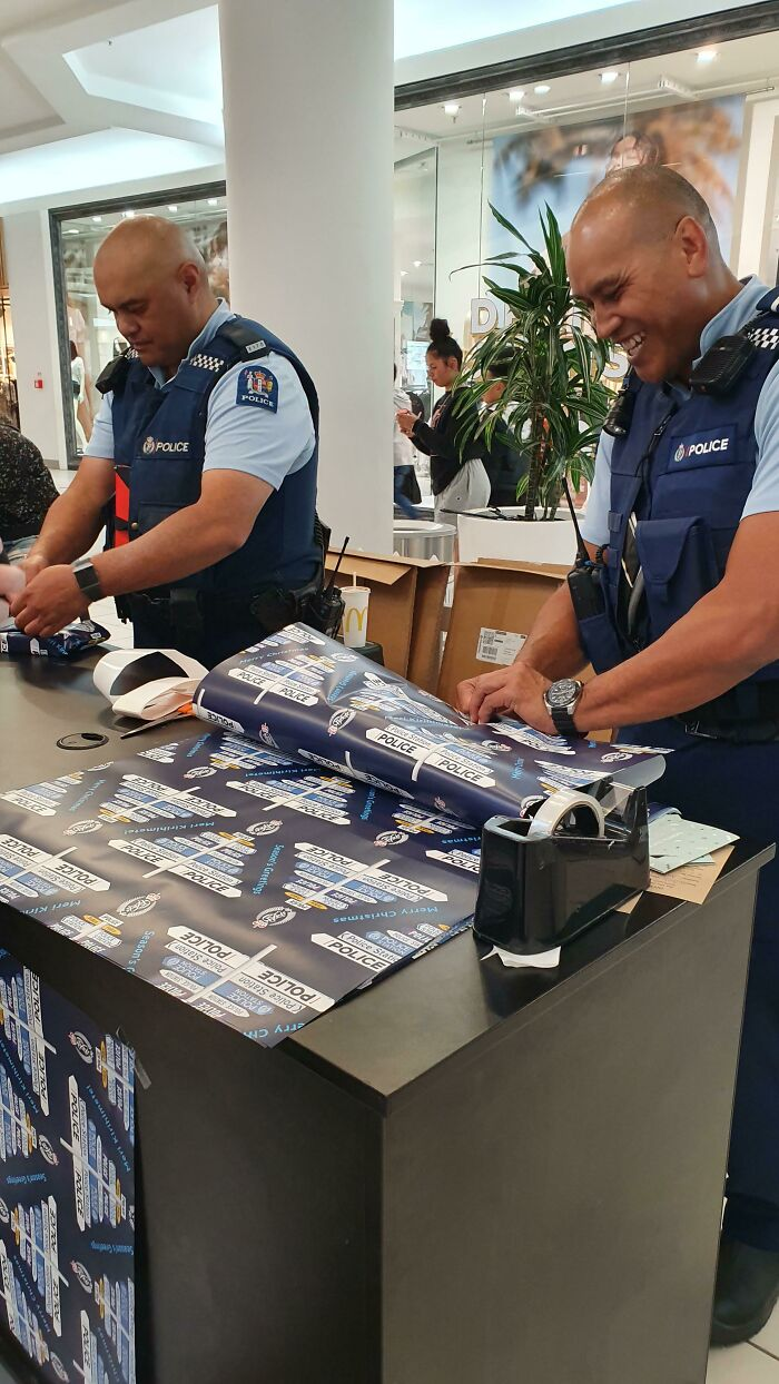 In New Zealand The Police Are Offering Free Gift Wrapping For Christmas This Year