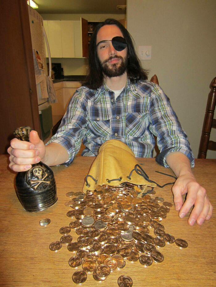 "Gave My Pirate-Loving Landlord His Christmas Gift Last Night: January's Rent. In Coins. His Response: ""You're Both Awesome And A Huge Asshole."""