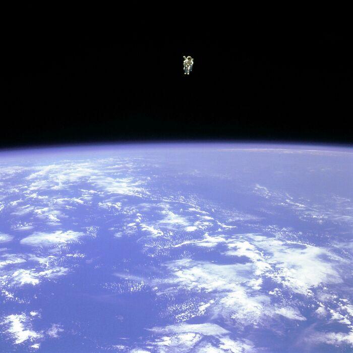 El astronauta Bruce McCandless se aleja de la seguridad del transbordador espacial