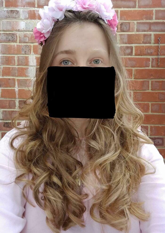 Mi pelo es mitad rubio mitad castaño. Incluyendo las cejas