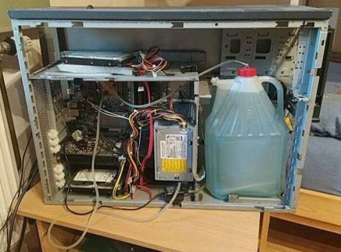 """Este PC """"refrigerado por agua"""" que encontré a la venta en Internet"""