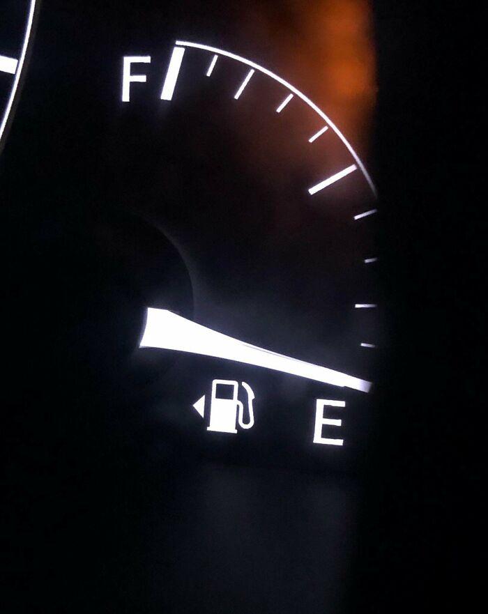Una pequeña flecha junto al ícono de gas en el tablero de un automóvil