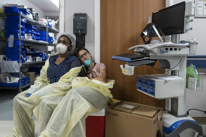 2 de Julio. Personal médico descansando en la UCI de Covid
