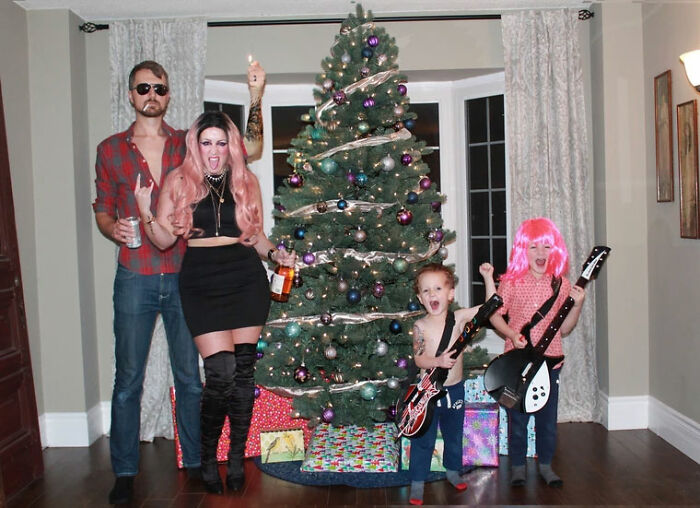 This Family Started Staging Their Funny Christmas Cards 7 Years Ago, And Their Creativity Is Brilliant