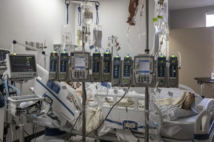 Máquinas de electrocardiogramas en la cama de un paciente con Covid-19, 7 de Diciembre