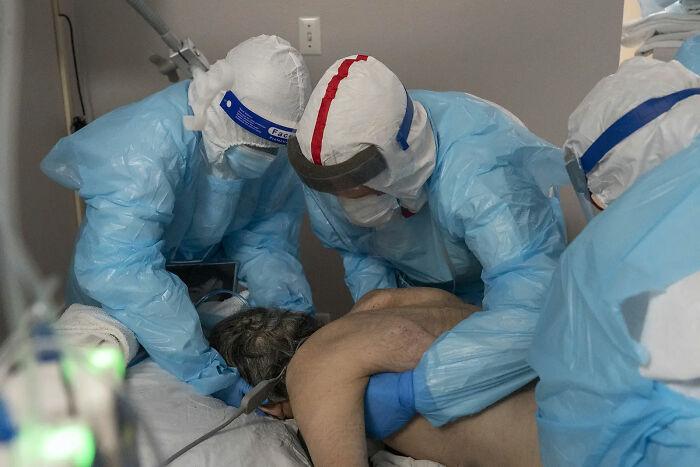 El doctor Jacques Bistre Varon dando la vuelta a un paciente de Covid para que esté boca abajo
