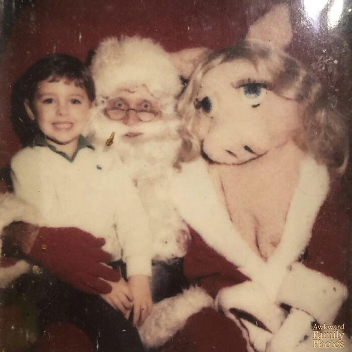 Yo a los 4 años con un Papá Noel terrorífico y la cerdita Peggy que necesita abrigarse