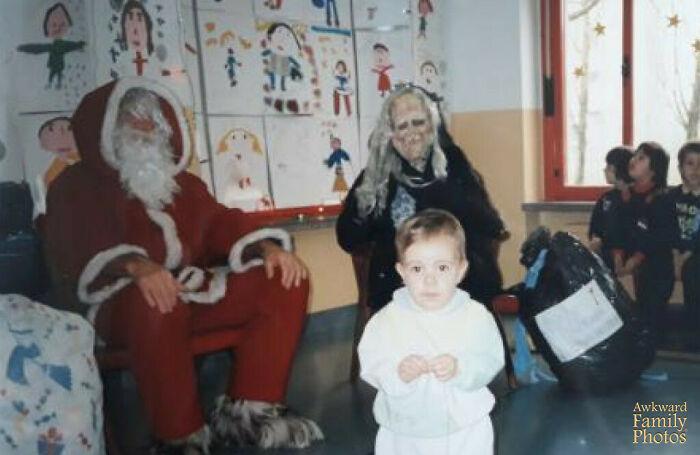 Italia 1996, con Papá Noel y una Befana terrorífica (es una anciana amable que trae regalos en el día de la Epifanía)