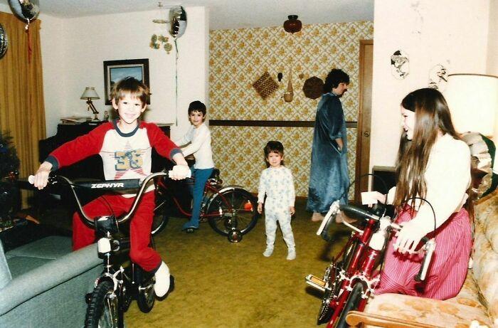 Todos menos Tim (en medio) recibieron bicis nuevas. La reacción era esperable