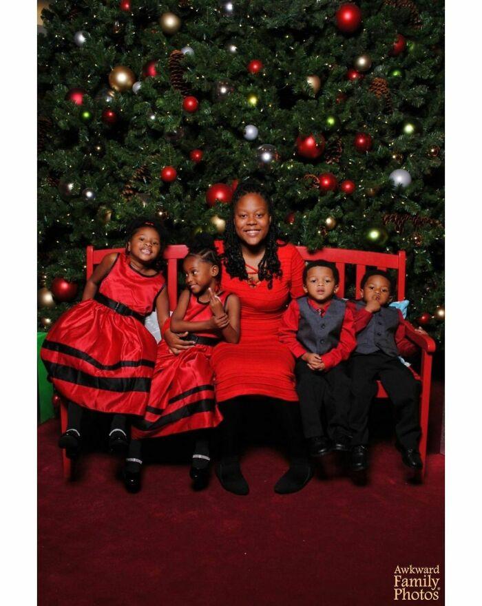 Llevamos a los niños a hacerse fotos y vimos que nuestra hija hacía una peineta mientras sonreía
