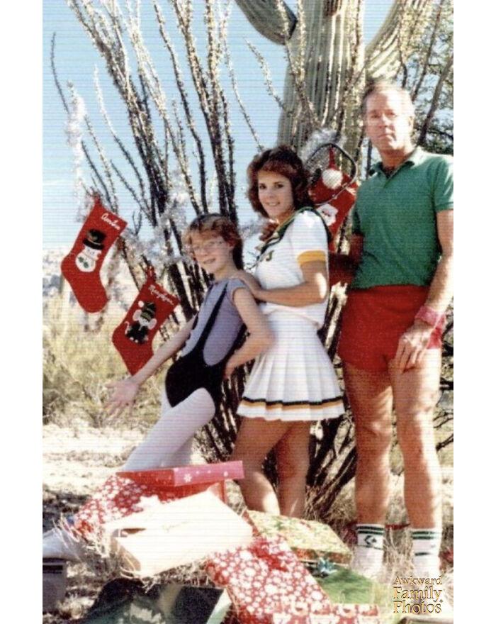 La infame foto navideña de 1984. Mi padre con pantalones muy cortos y calcetines subidos, mi hermana de animadora y yo con mano de jazz