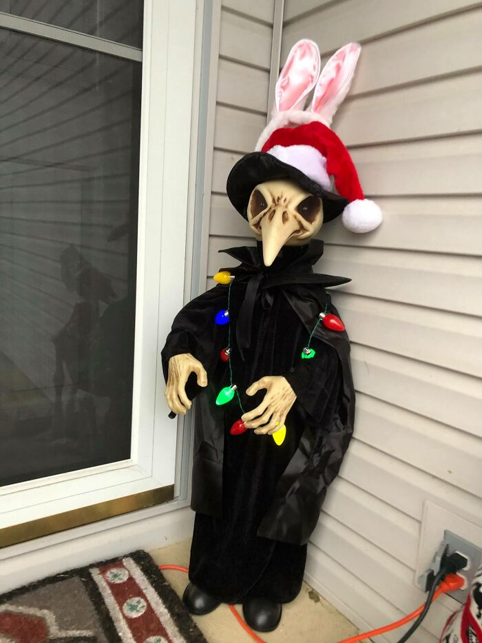 """""""Karen"""" Keeps Leaving Notes Complaining About Woman's Decorations, Woman Responds By Adding Even More 45"""