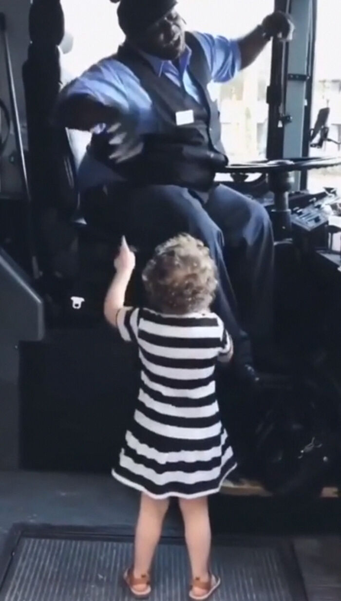"""When The Bus Driver Vibes With A Child And Moves To """"Shake It Off"""" By Tailor Swift"""