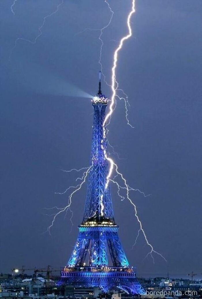 A Well Captured Photo Of Lightning Struck The Eiffel Tower