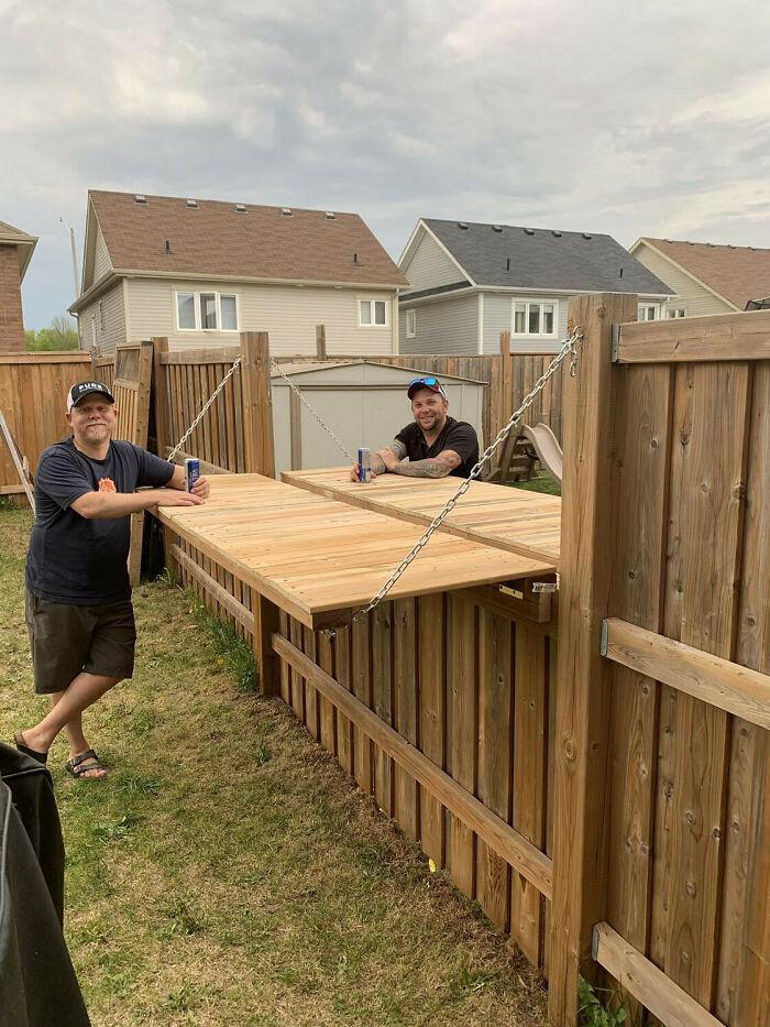 Estos vecinos hicieron ajustes en su valla para poder tomarse una cerveza juntos manteniendo la distancia social