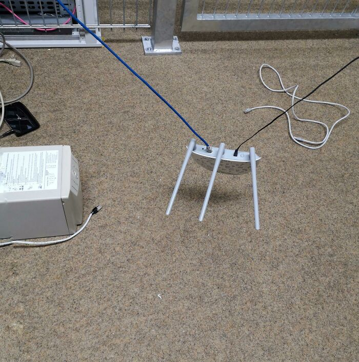 El router y los cables de la sala de servidores de mi escuela