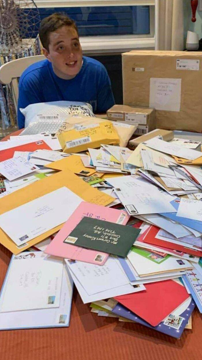 En noviembre pedí en FB si podían enviar postales a mi hijo autista de 19 años, al que le encanta ir a Correos