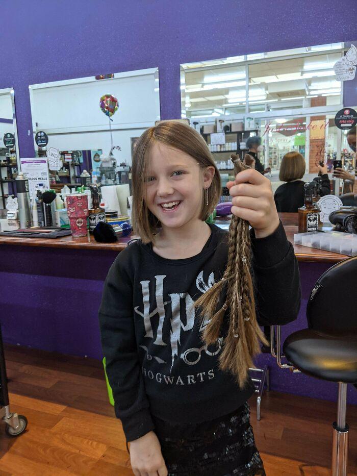Mi hija de 8 años llevaba casi 2 años dejándose crecer el pelo para donarlo a una ONG que hace pelucas para niños con cáncer que no pueden permitírselas