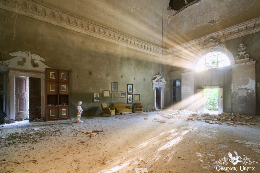 As The Sun Set, Spectacular Light Rays Flood This Bright Abandoned Room Of An Artist's House