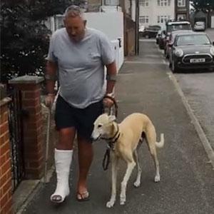 Este hombre lesionado gastó 400$ en el veterinario porque su perro cojeaba, para descubrir que lo hacía por imitarle