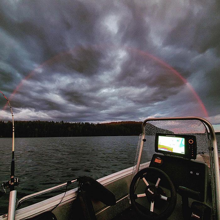 Este arco iris únicamente rojo que vi a medianoche en Finlandia