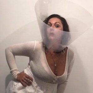 Esta mujer sigue recreando de forma divertida las fotos de Instagram de los famosos, y los resultados son mejores que el original (Nuevas imágenes)