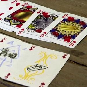 Una mujer de 23 años crea una baraja de cartas de género y raza neutral y ahora no da abasto con los pedidos