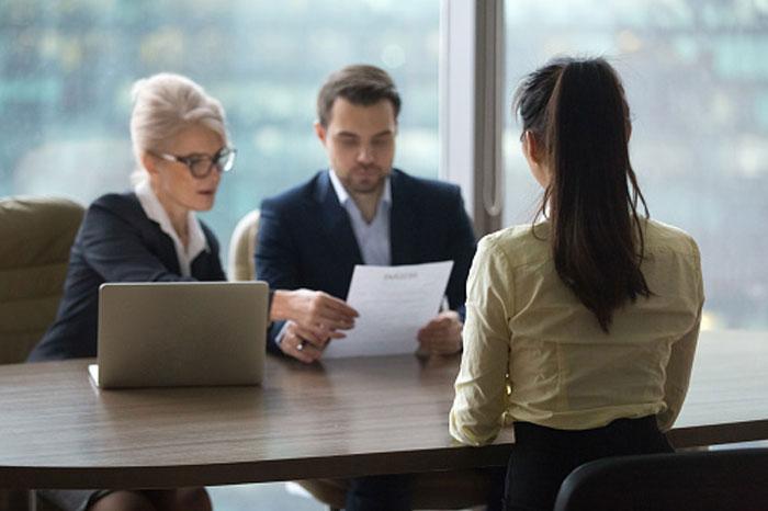 """La gente comparte las señales de alarma en las entrevistas de trabajo que te alertan de que """"trabajar aquí sería un asco"""" (30 respuestas)"""