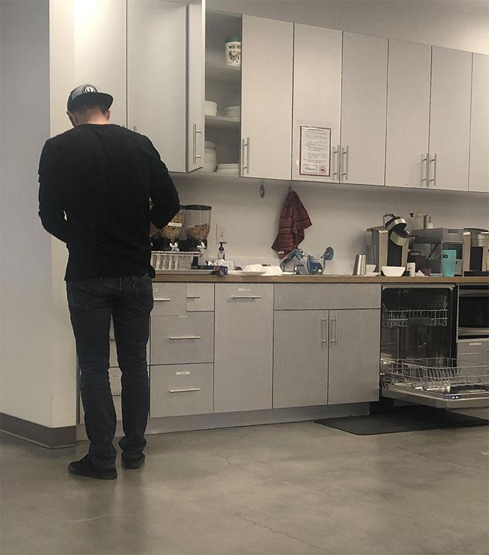 El director de la compañía fregando los platos tras invitarnos a comer a todos. Por esto me encanta mi trabajo