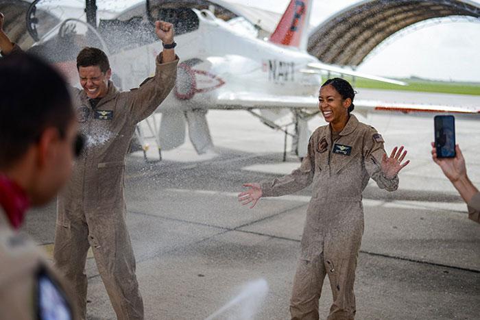Esta piloto celebra su graduación. Es la primera mujer negra que es piloto de jet táctico en la marina de EEUU en la historia