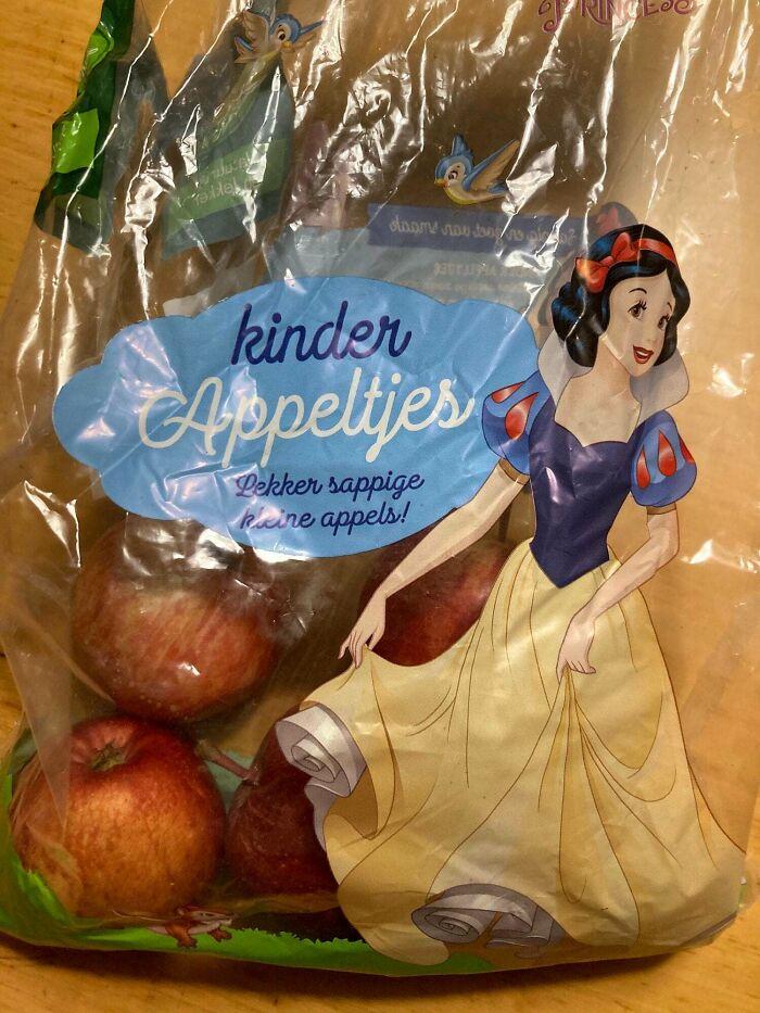 Bolsa de manzanas con un personaje que es envenenado con una manzana