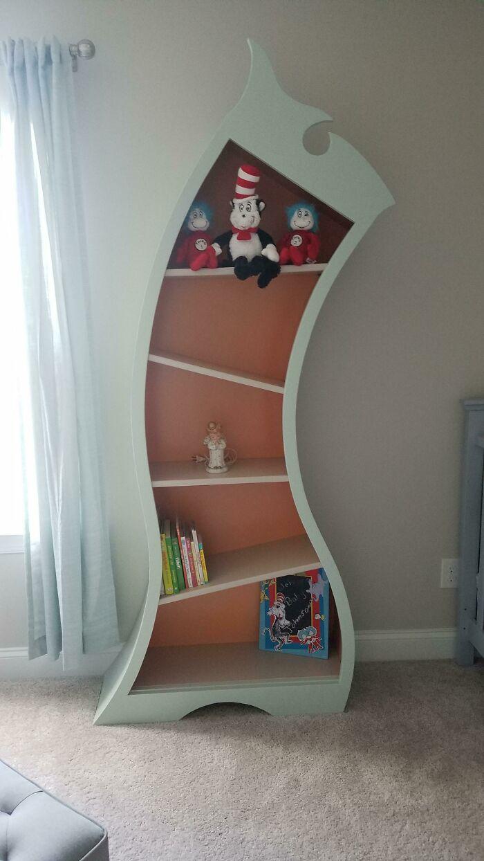 Mi mujer quería una habitación infantil con la temática del Dr. Seuss, así que construí una estantería del Dr. Seuss