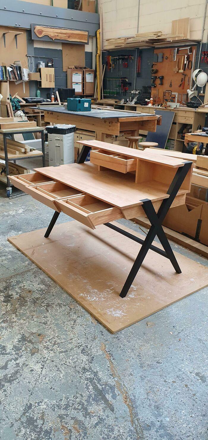 Acabo de cumplir 20 años y he estado haciendo carpintería durante un año. Acabo de terminar este escritorio de cerezo con patas ennegrecidas