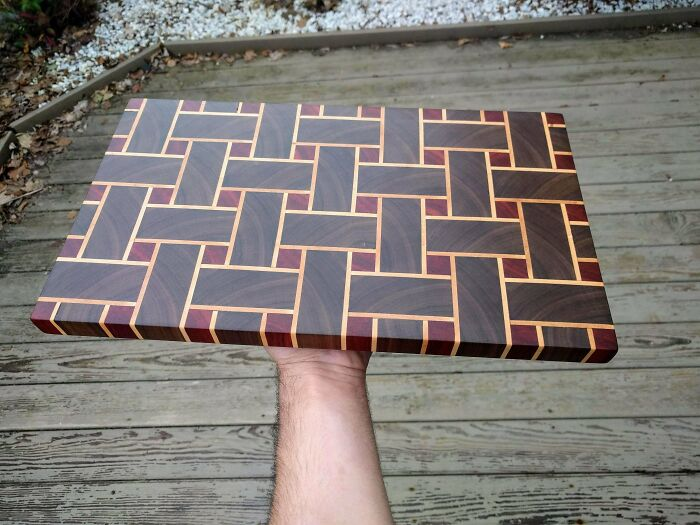 Tabla de cortar hecha con 157 piezas de nogal negro, arce y padauk