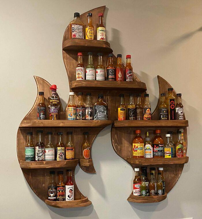 Mi primer proyecto de carpintería. ¡Un estante de fuego para mostrar todas mis salsas picantes!