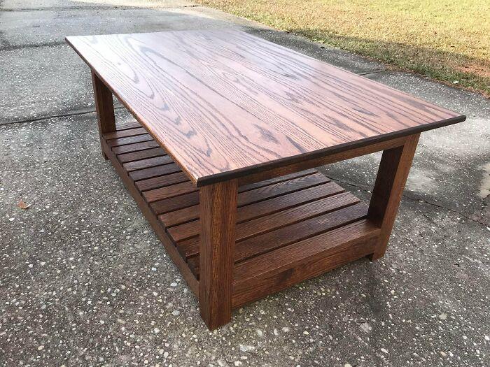 """Mi hijo de 14 años construyó esta mesa de café para su hermana y su novio como regalo de Navidad. Mide 28"""" X 42"""" y está hecha de roble rojo y acabado de poliuretano"""
