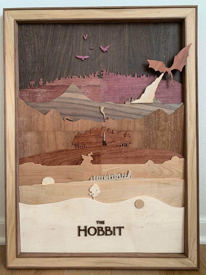 El Hobbit como un póster de película minimalista hecho con 8 maderas diferentes ¡Me voy de aventura!