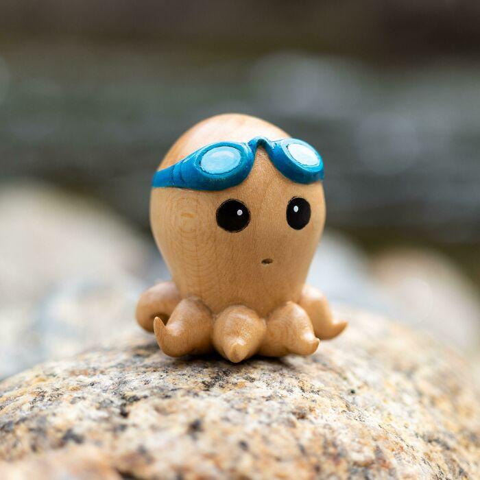 He tallado un pulpo de madera que parece tener miedo a nadar