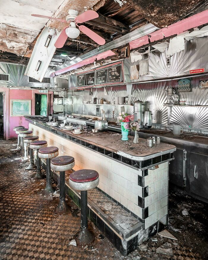 Antigua cafeteria abandonada encontrada conduciendo por carreteras secundarias