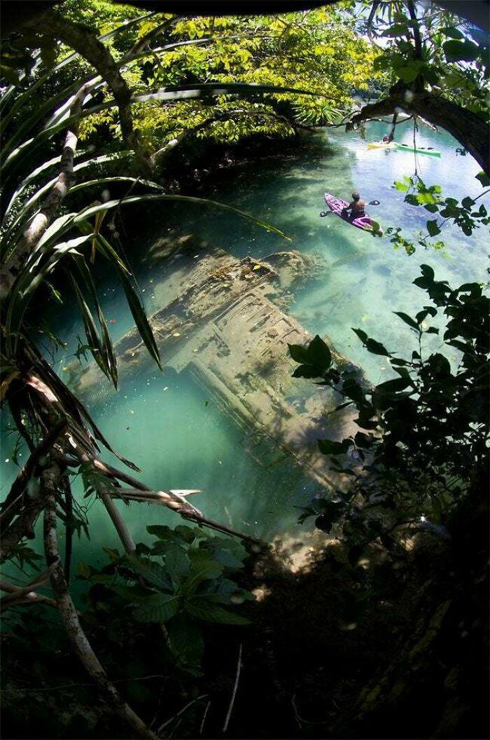 Avión de guerra japonés de la 2ª Guerra Mundial en aguas poco profundas, en Guam