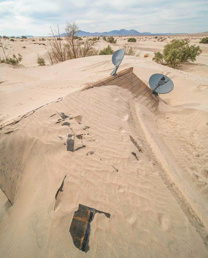 Casa abandonada reconquistada por el desierto en California