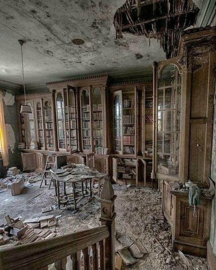 Biblioteca dentro de una mansión del siglo XIX abandonada