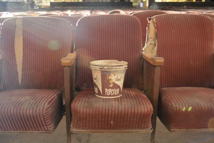 Palomitas abandonadas en un cine