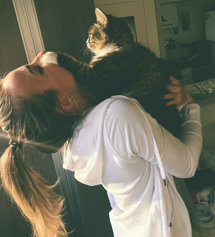 """""""This Hooman Loves To Kiss Me - And I Hate It. But She's Been A Good Slave"""""""