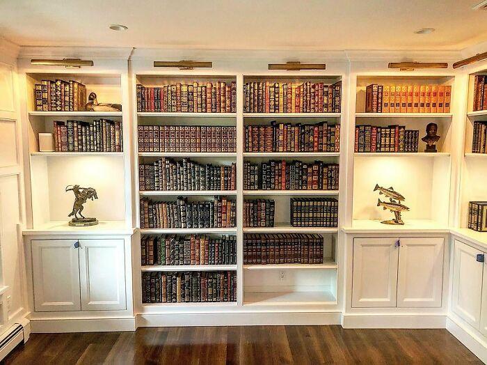 La librería que hice. Hay muchos libros encuadernados en cuero, y huele a rica caoba