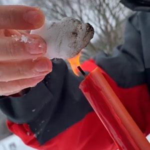Teóricos de la conspiración afirman que la nieve en Texas es falsa y la queman para demostrar que no se derrite