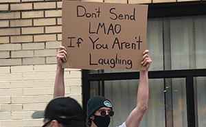 El hombre de los carteles tiene 7.4 millones de seguidores por protestar contra molestas cosas cotidianas con divertidos carteles (30 fotos nuevas)