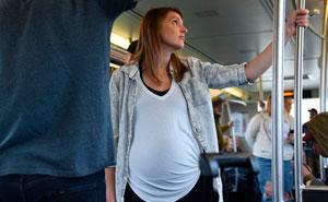 Este hombre comparte sus razones para negarse a ceder el asiento del autobús a una embarazada, pero la gente no está convencida