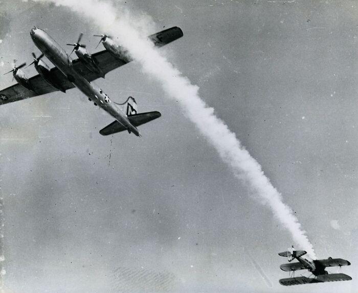 """1950 """"Casi colisión en un espectáculo aéreo"""""""