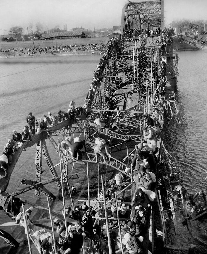 """1951 """"Huida de los refugiados a través del puente destruido en Corea"""""""